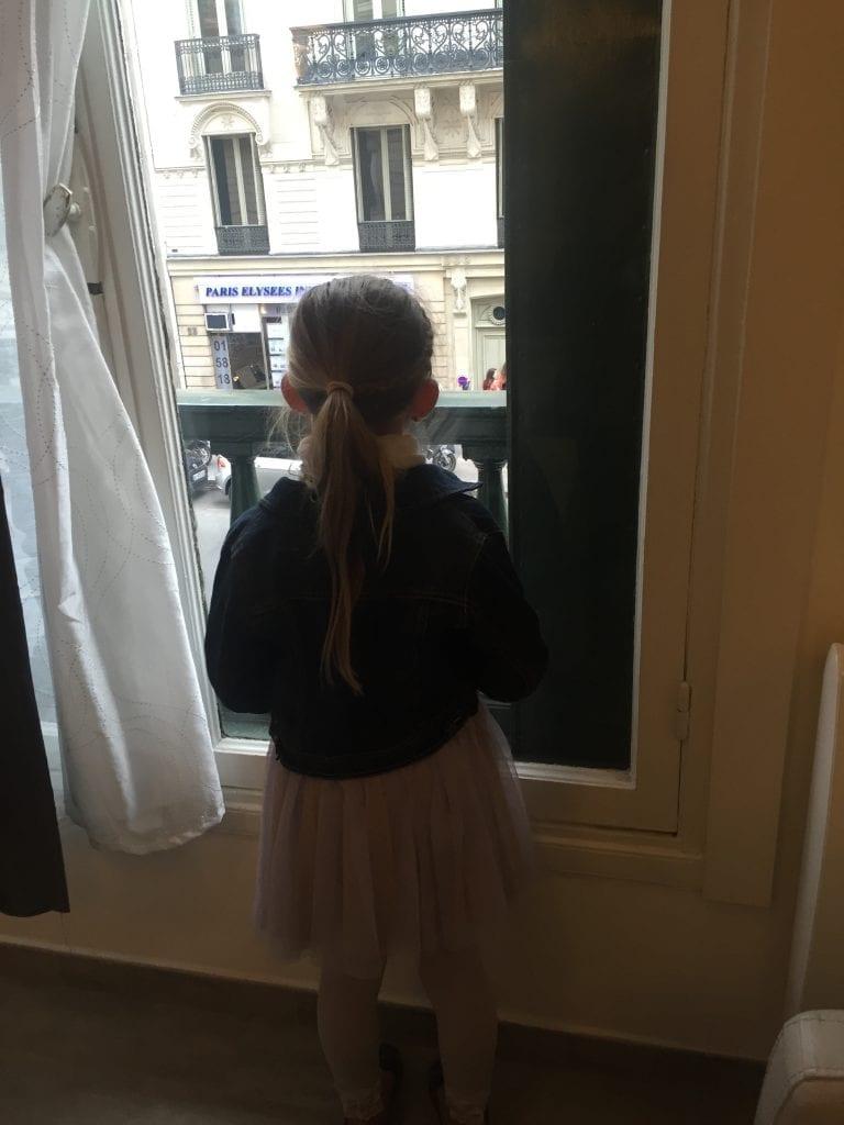 paris_window_girl