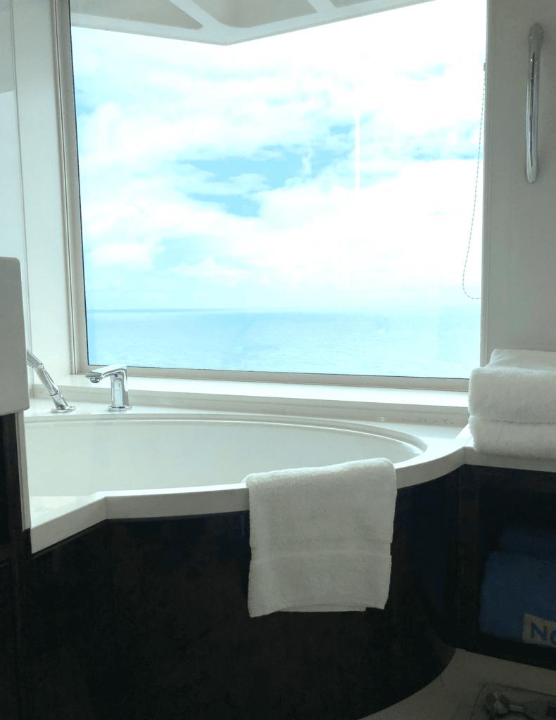 Norwegian Bliss Photos - Family Suite Tub